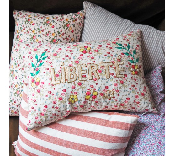 COUSSIN PETITES FLEURS ROSES BRODE...