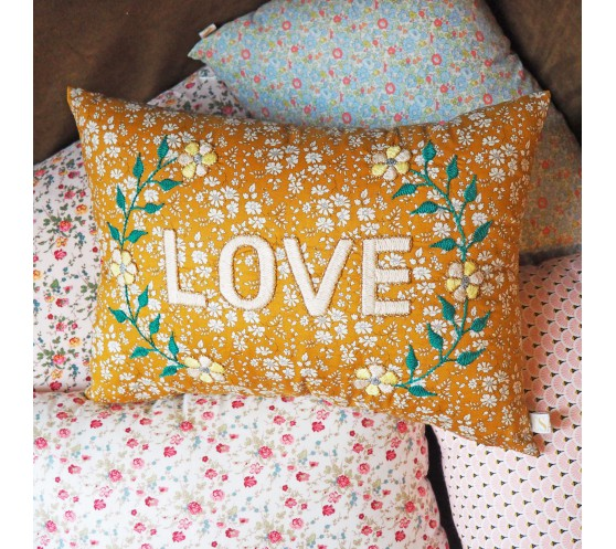 COUSSIN MOUTARDE BRODE LOVE