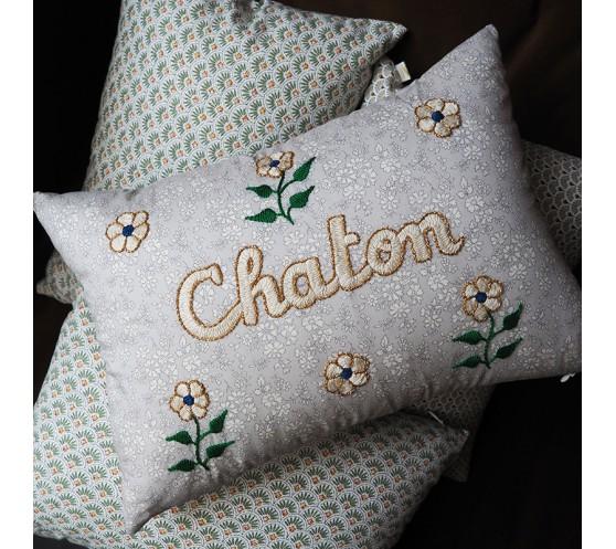COUSSIN GRIS CLAIR FLEURI BRODE CHATON